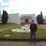 David na frente do Museu Ralli.