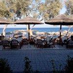 Bar dell'hotel sul lungomare di Kamari e spiaggia