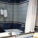 badkamer bij kamer aan voorzijde hotel