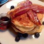 The American stack pancakes with maple syrup, bacon & blueberries! ��