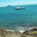 Voadeiras e táxi aquático  saem com destino ao centro e praia João Fernandes todo momento.