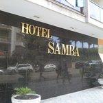 la facade de l'hôtel devant