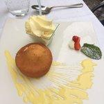 Getränkter Zitronenkuchen mit Crème