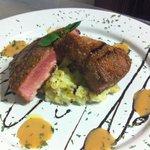 Tuna steak , lomo de atún sobre cama de puré de papas