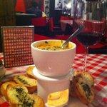 Mini fondue de quesos italianos, con corazones de alcachofa, espinacas y pimiento Morron