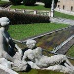 le statue tra dìscese di acqua