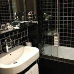 Baño muy limpio y moderno