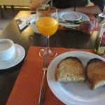 Pedazo de desayuno: leche manchada, zumo de naranja (natural) y tostadita con aceite.