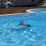 La piscina è curata ed offre lo spunto per rilassarsi sui lettini e sotto il gazebo, ma anche di