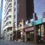 El hotel se encuentra en una zona moderna y comercial.
