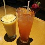 Nossas bebidas: Peach-Mango Smoothie e Strawberry and Passion-Fruit Lemonade.