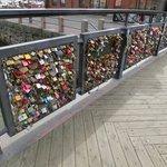 入口から少し離れたところに小さな橋がありましたが、そこに沢山の鍵が・・・・。これは何なんでしょう?何かの願掛け?と思いました。