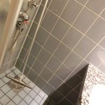これが問題のシャワ。とにかく狭いので、体を洗うのに苦労しました。そして後はモップでとにかく水を排水溝に流しました。