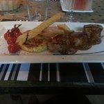 Tournedos de mignon de porc lardé avec clafoutis de champignons et friture de légumes
