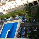 La piscina del hotel un poco saturada de tumbonas.