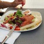 Салат с лососем и сыром, очень большая порция.