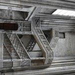 La scala quattrocentesca che unisce la chiesa alla biblioteca