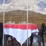 Reflejo del perfil del monte y el cielo de Gorbeia en la crristalera de Gorbeia Terraza
