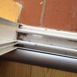 seuil de porte terrasse sale sur terrasse jamais balayée et déjà sale à notre arrivee