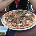 Pizza jamón y champiñones , buena masa también muy buena