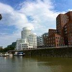 Medienhafen Düsseldorf vom Wasser aus gesehen