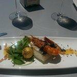bacalao frito con langostino a la plancha, ensalada de rúcula y tomate cherry