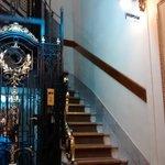 Escadaria e elevador de época.