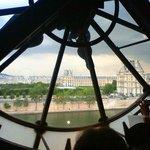 階上から時計塔の時計がシースルーで見えます。