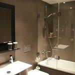 Salle de bains propre et moderne