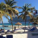 vaargeul naast het hotel, fantastisch die cruise schepen