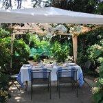 Allestimento del pranzo in giardino