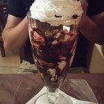 Coppa di gelato affogato al cioccolato con pezzettoni di amarena