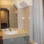 salle de bains avec baignoire entierement carrelée
