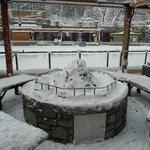 Locais para sentar ao redor de fogueira (aqui cobertos de neve)