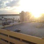 Вид из окна на залив и паркинг