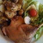 Утка с жареным картофелем и салатом