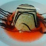 biscuit de almendra con salsa fría de fresa