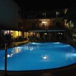 Η πισίνα το βράδυ!