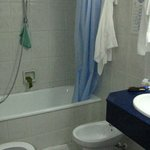 Чистенькая небольшая ванна