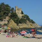 Пляж с видом на замок