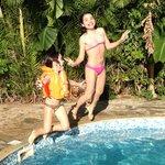 As meninas na piscina da pousada.