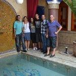 Los huespedes con el personal del Riad