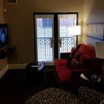 Comfortabe living room w flatscreen tv