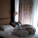cama bagunçada por mim, cortinas e janelas