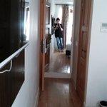 grande espelho na entrada do quarto individual
