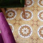 azulejos e poltronas de veludo colorido no hall do hotel