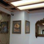 espelhos e quadros no hall do hotel