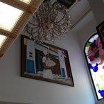 pé direito alto, vitral e decoração no hall do hotel