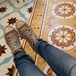 azulejos hidráulicos no hall do hotel