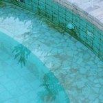 Bella foto che evidenzia la totale mancanza di igiene della piscina esterna. Ho pagato per l'acc